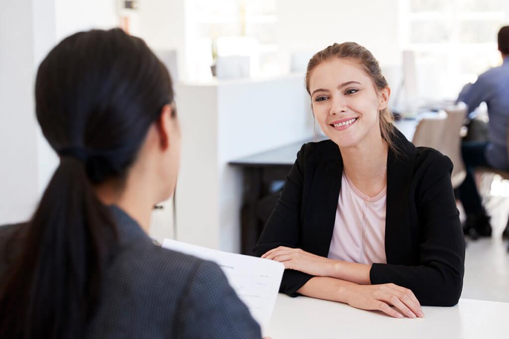 Frau beim Vorstellungsgespräch - Lebenslauf und Bewerbung