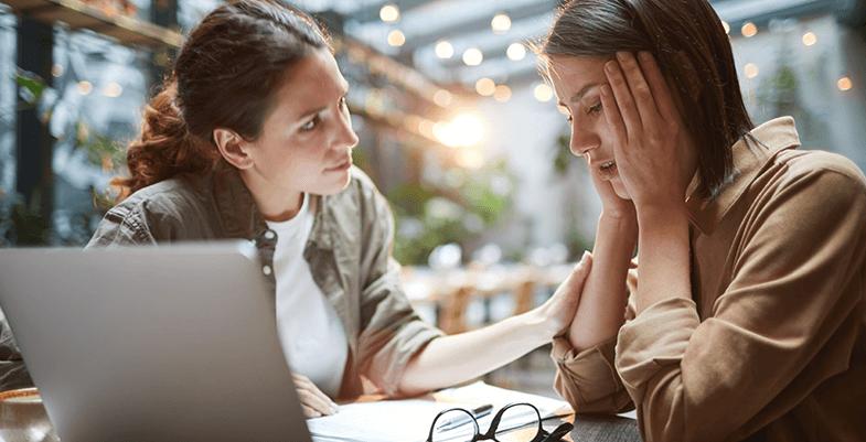 Frau erzählt Freundin von ihren Sorgen